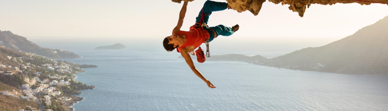 Freeclimber hängt unter einem Felsvorsprung